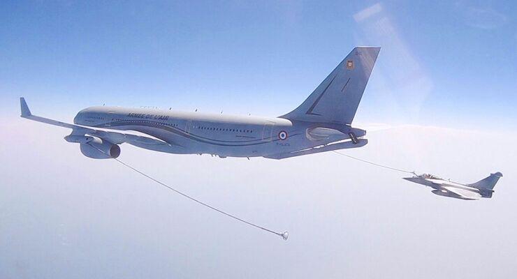A330 MRTT Phénix der Armée de l´Air betankt eine Rafale.