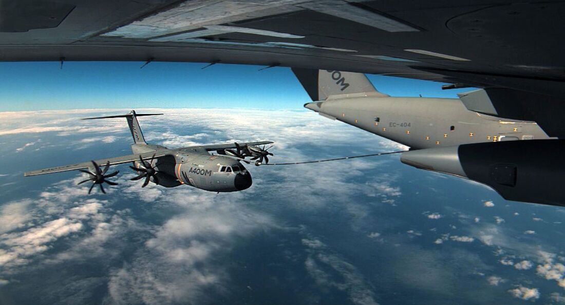 Airbus A400M wird von A400M betankt.