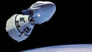 Die Raumkapseln Crew Dragon von SpaceX und CST-100 Starliner von Boeing.
