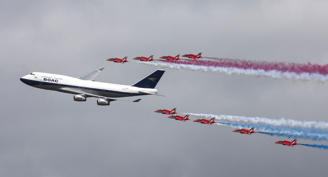 Die Red Arrows in Formation mit einer 747 der BA in BOAC-Farben beim Air Tattoo im Juli 2019